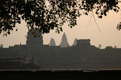 Angkor_wat_early_in_the_morning