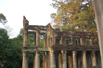 Preah_kahn_2storied_bldg_with_circu