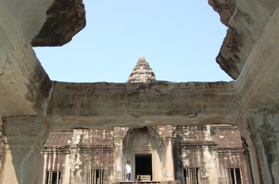 Angkor_wat_a_peek_a_the_peak
