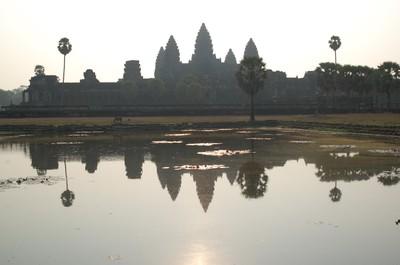 Angkor_wat_early_morning_reflection