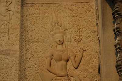 Angkor_wat_toothy_apsara_the_only_o